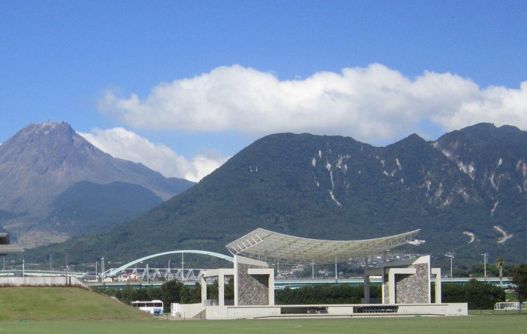 眉山と雲仙岳(左)